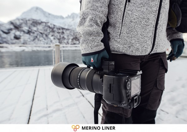 Photographer & Merino Gloves MERINO LINER from THE HEAT COMPANY with Canon Camera